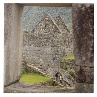 Suramérica, Perú, Machu Picchu. Dos turistas Azulejo Cuadrado Grande