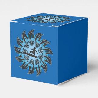 Surfboarder en fondo azul cajas para regalos de boda