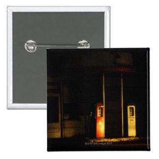 Surtidores de gasolina del vintage en la noche, cr pin cuadrada 5 cm