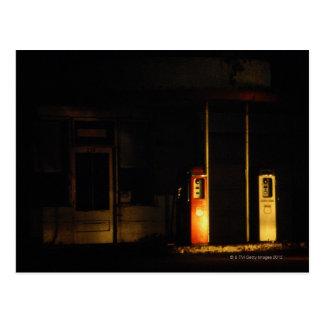 Surtidores de gasolina del vintage en la noche, tarjeta postal