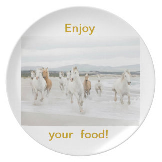Sus a los caballos preciosos el modelo fijó una pl plato de comida