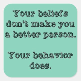 Sus creencias no le hacen a una mejor persona pegatina cuadrada