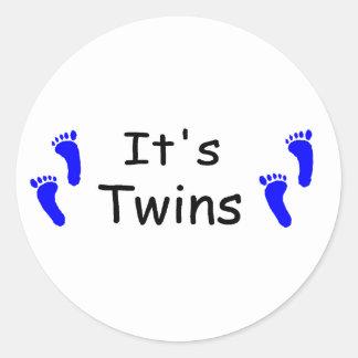 Sus huellas del azul del bebé de los gemelos pegatina redonda