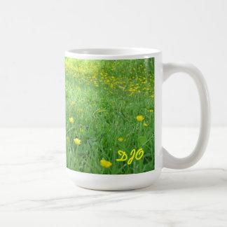 Sus iniciales en un campo de ranúnculos tazas de café