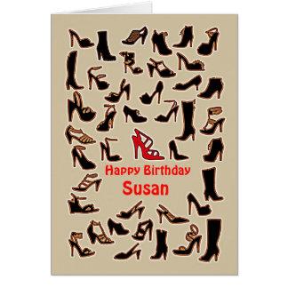 Susan calza la tarjeta del feliz cumpleaños