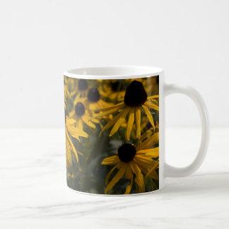 Susan observada negro taza de café