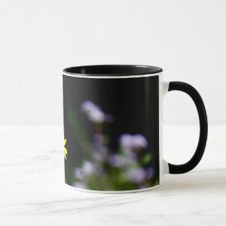 Susans observado negro y flora púrpura taza