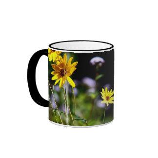 Susans observado negro y flora púrpura taza de dos colores