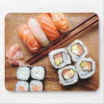 Sushi - comida de Japonese (en una placa de madera Tapete De Raton