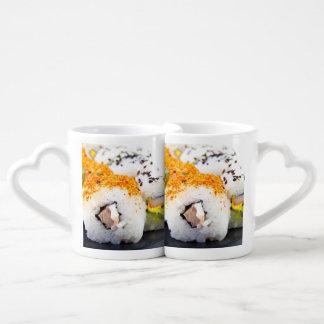 Sushi en una placa tazas para parejas