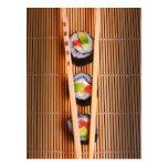 Sushi y palillos de madera tarjetas postales