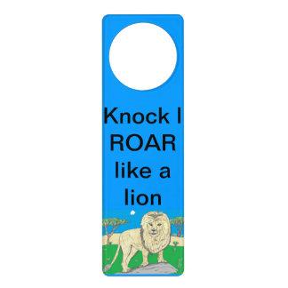 Suspensión de puerta del león