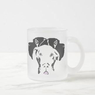 Süße Dogge in weiß Frosted Glass Coffee Mug