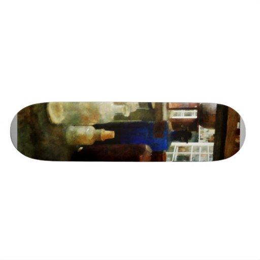 Sustancias químicas clasificadas en botellas tablas de patinar