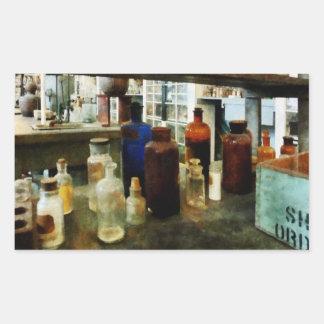 Sustancias químicas clasificadas en botellas pegatina rectangular