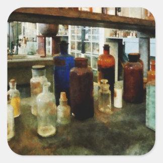 Sustancias químicas clasificadas en botellas pegatina cuadrada