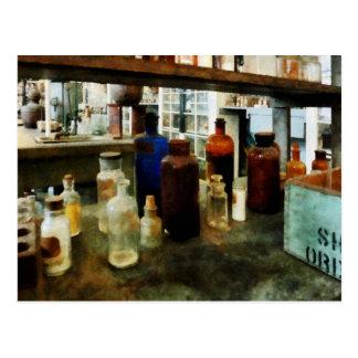 Sustancias químicas clasificadas en botellas tarjetas postales