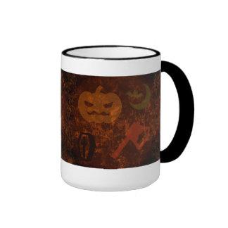 Sustos de Halloween en fondo misterioso Tazas De Café