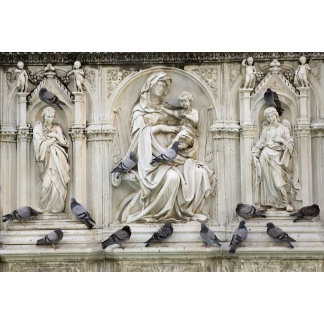 Italy, Tuscany, Sienna. Statues and birds on