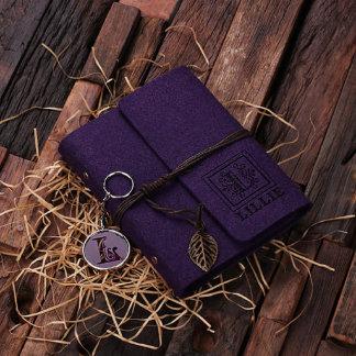 La púrpura personalizó el cuaderno y el llavero