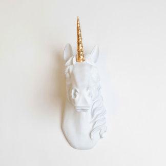 Falsa cabeza blanca del unicornio con el cuerno