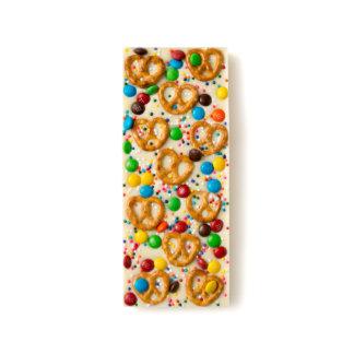 El mini pretzel, asperja y el caramelo de barras de chocolate blanco