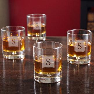 Vidrios del whisky del monograma del bloque de