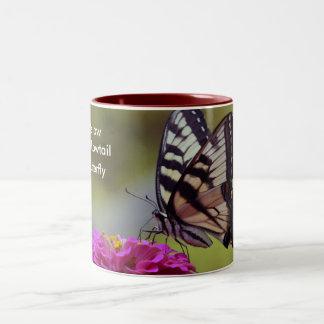 Swallowtail amarillo, mariposa taza de café de dos colores