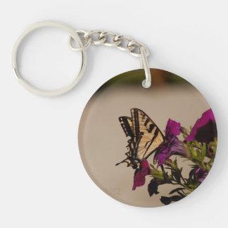 Swallowtail en las petunias llavero redondo acrílico a una cara