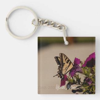 Swallowtail en las petunias; Personalizable Llavero Cuadrado Acrílico A Una Cara