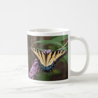 Swallowtail en una taza de Bush de mariposa