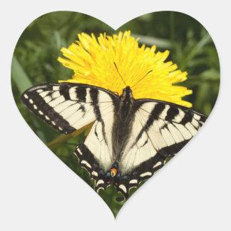 Swallowtail hecho andrajos pegatina corazon