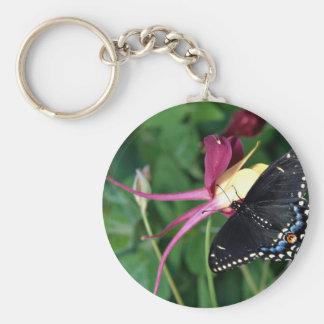 Swallowtail negro en la flor columbine, Ontario, C Llavero Personalizado