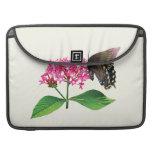 Swallowtail negro en Lantana rosado Fundas Para Macbook Pro