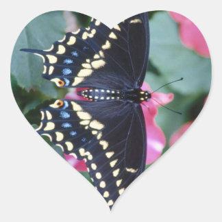 Swallowtail negro pegatina en forma de corazón