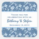 Swirly azul suave floral le agradece que casa V2 Calcomanía Cuadrada Personalizada