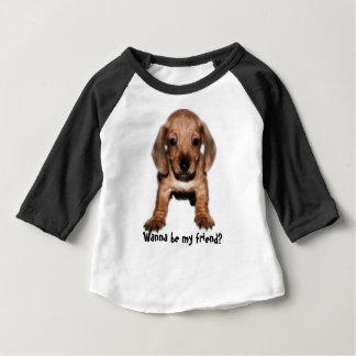 T-shirt sleeves of ranglán puppy dachshund