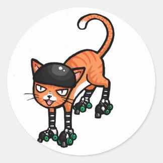 Tabby anaranjado en rollerskates pegatina redonda