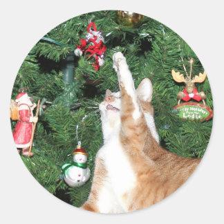Tabby y árbol de navidad pegatina redonda