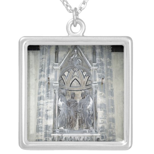 Tabernáculo con cuatro santos coronados collar plateado