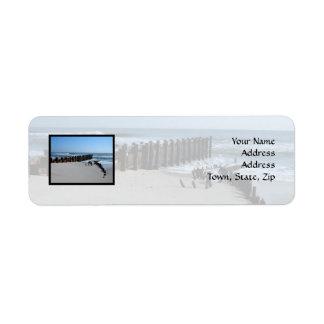 Tabique hermético rústico en la playa etiqueta de remite