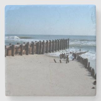 Tabique hermético rústico en la playa posavasos de piedra