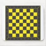 Tabla amarilla y negra del ajedrez alfombrillas de ratones