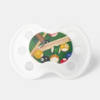Tabla de billares realista con las bolas y la tiza chupetes para bebes