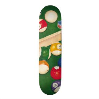 Tabla de billares realista con las bolas y la tiza patin