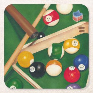 Tabla de billares realista con las bolas y la tiza posavasos de cartón cuadrado