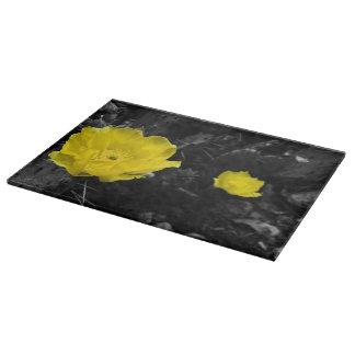 Tabla de cortar amarilla de la floración del cactu