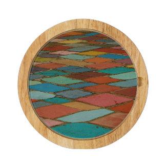Tabla de cortar geométrica multicolora de los