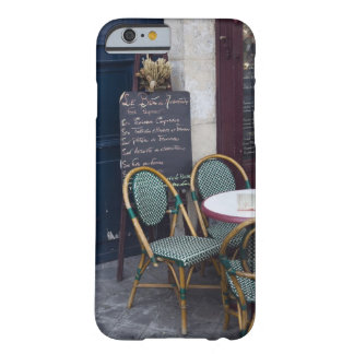 Tabla del café con las sillas de bastón en París, Funda De iPhone 6 Barely There