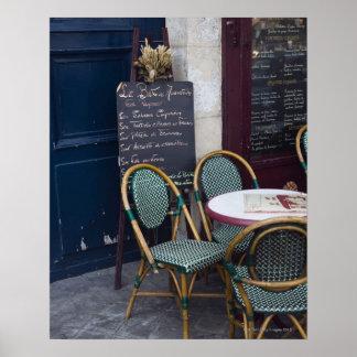 Tabla del café con las sillas de bastón en París,  Poster